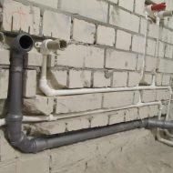Монтаж труб в стене